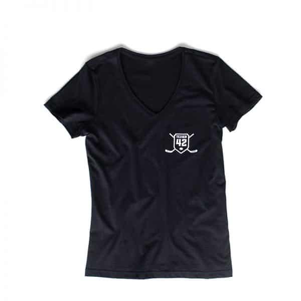 T-shirt femme col v noir avec imprimé de crosses de hockey et écusson Texier 42 sur coeur signé Alexandre Texier
