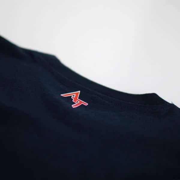 Logo Alexandre Texier sur arrière col de t-shirt bleu navy
