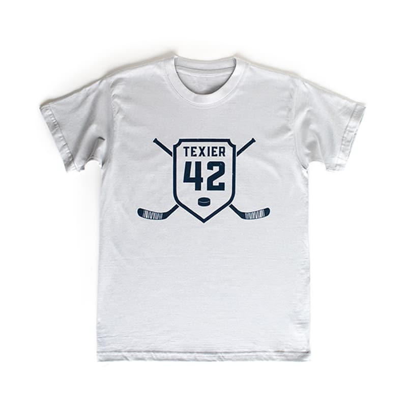 T-shirt gris avec imprimé de crosses de hockey et écusson 42 signé Alexandre Texier