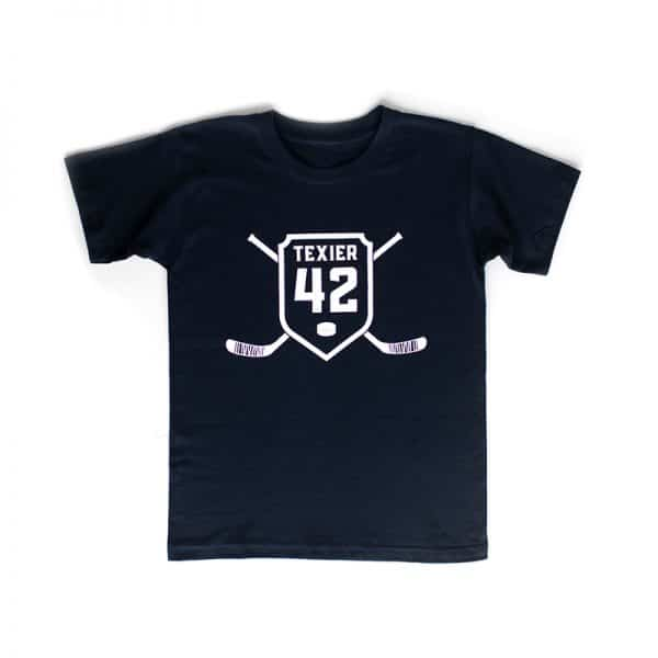 T-shirt bleu navy avec imprimé de crosses de hockey et écusson 42 signé Alexandre Texier