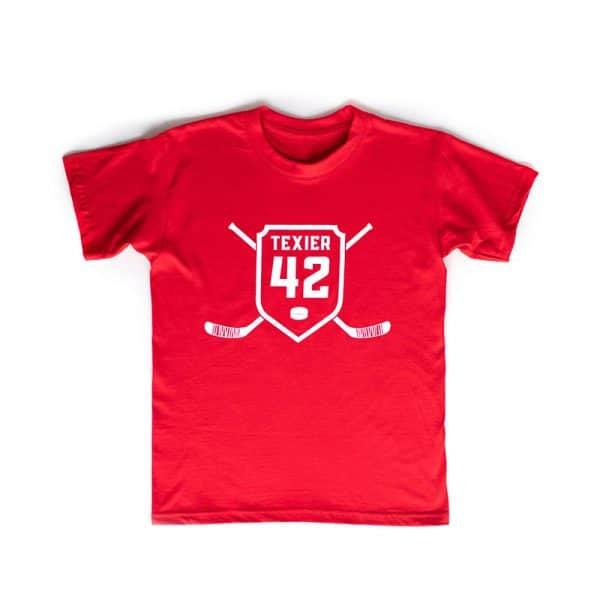 T-shirt rouge avec imprimé de crosses de hockey et écusson 42 signé Alexandre Texier