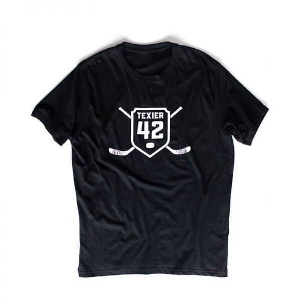 T-shirt noir avec imprimé de crosses de hockey et écusson 42 signé Alexandre Texier